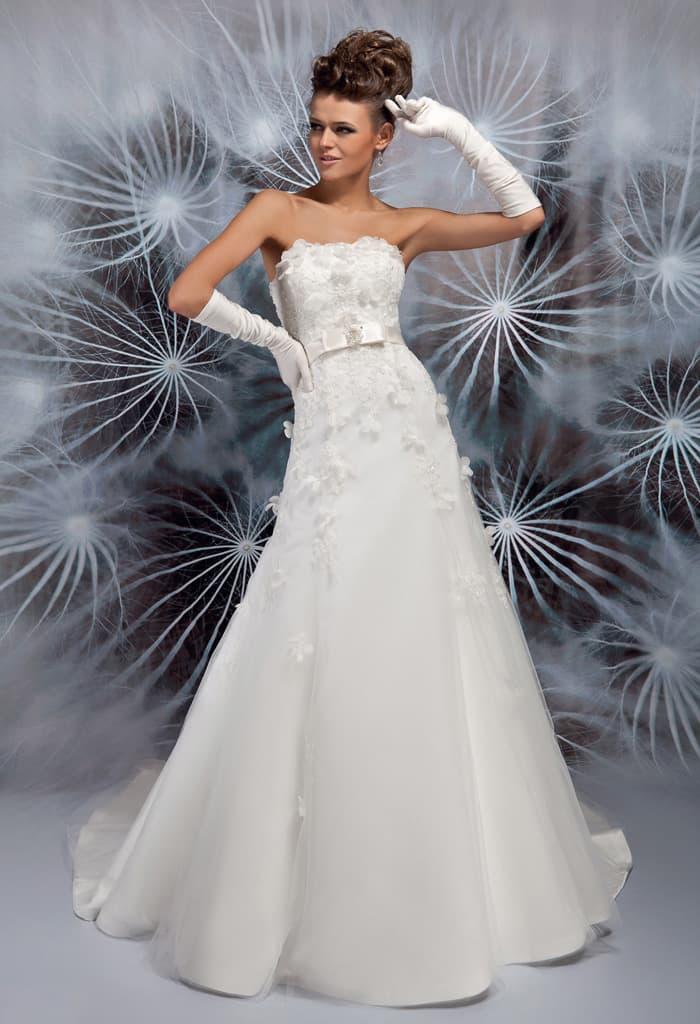 Открытое свадебное платье А-кроя с объемным декором корсета.
