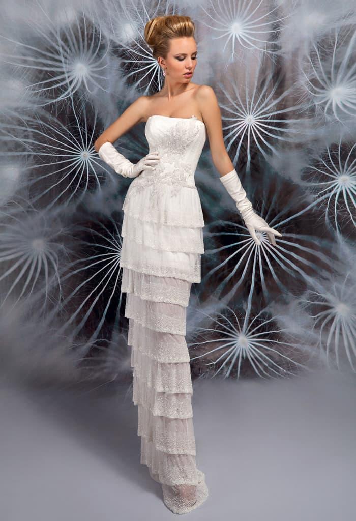 Эксцентричное свадебное платье с открытым вырезом и множеством оборок по прямой юбке.
