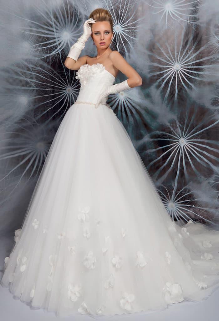 Открытое свадебное платье торжественного кроя с объемной отделкой лифа и подола.