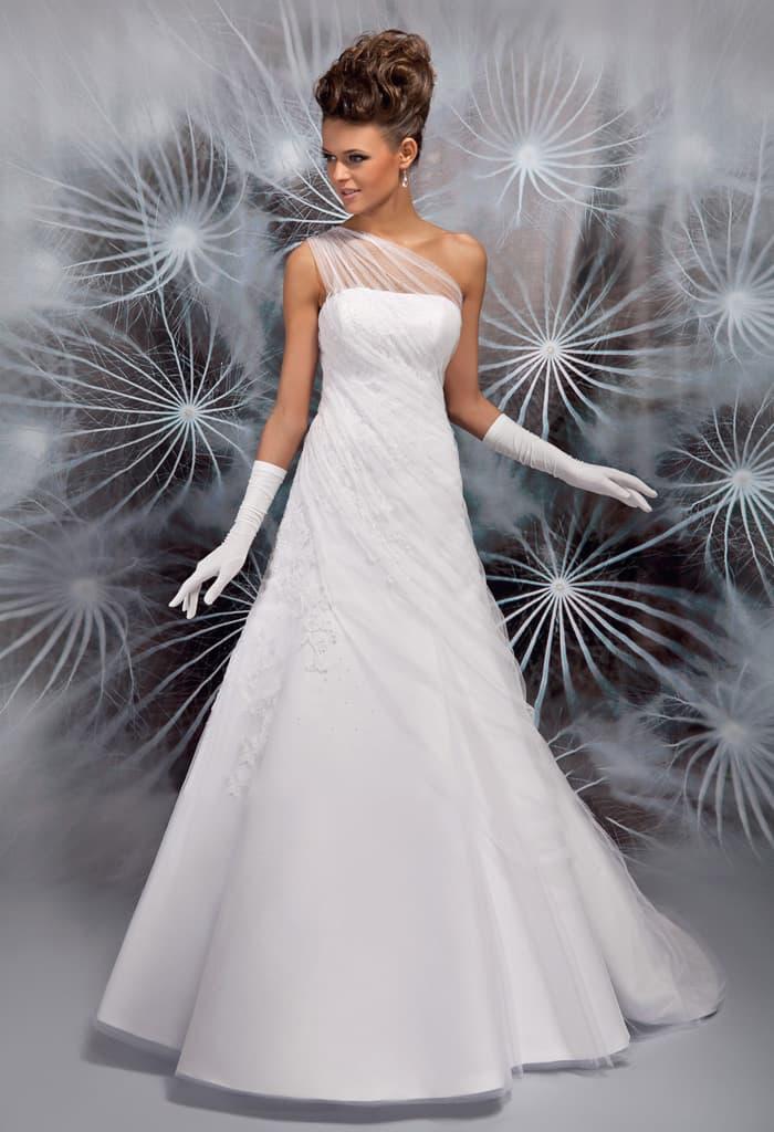Утонченное свадебное платье с полупрозрачным асимметричным верхом.