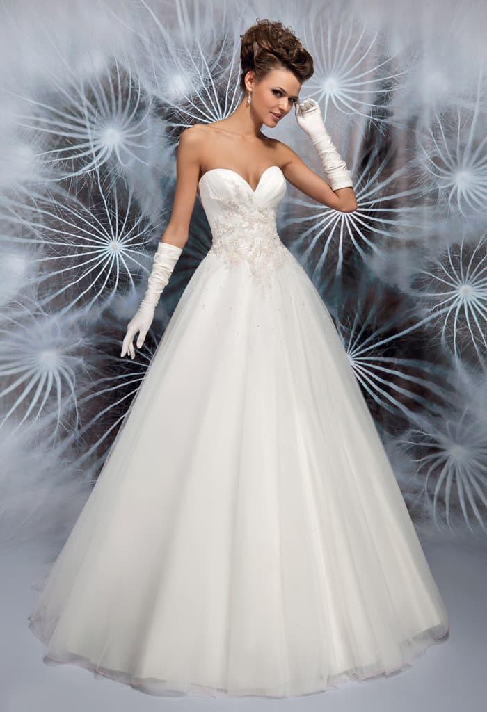 Классическое свадебное платье с глубоким вырезом в форме сердца и бисером на корсете.