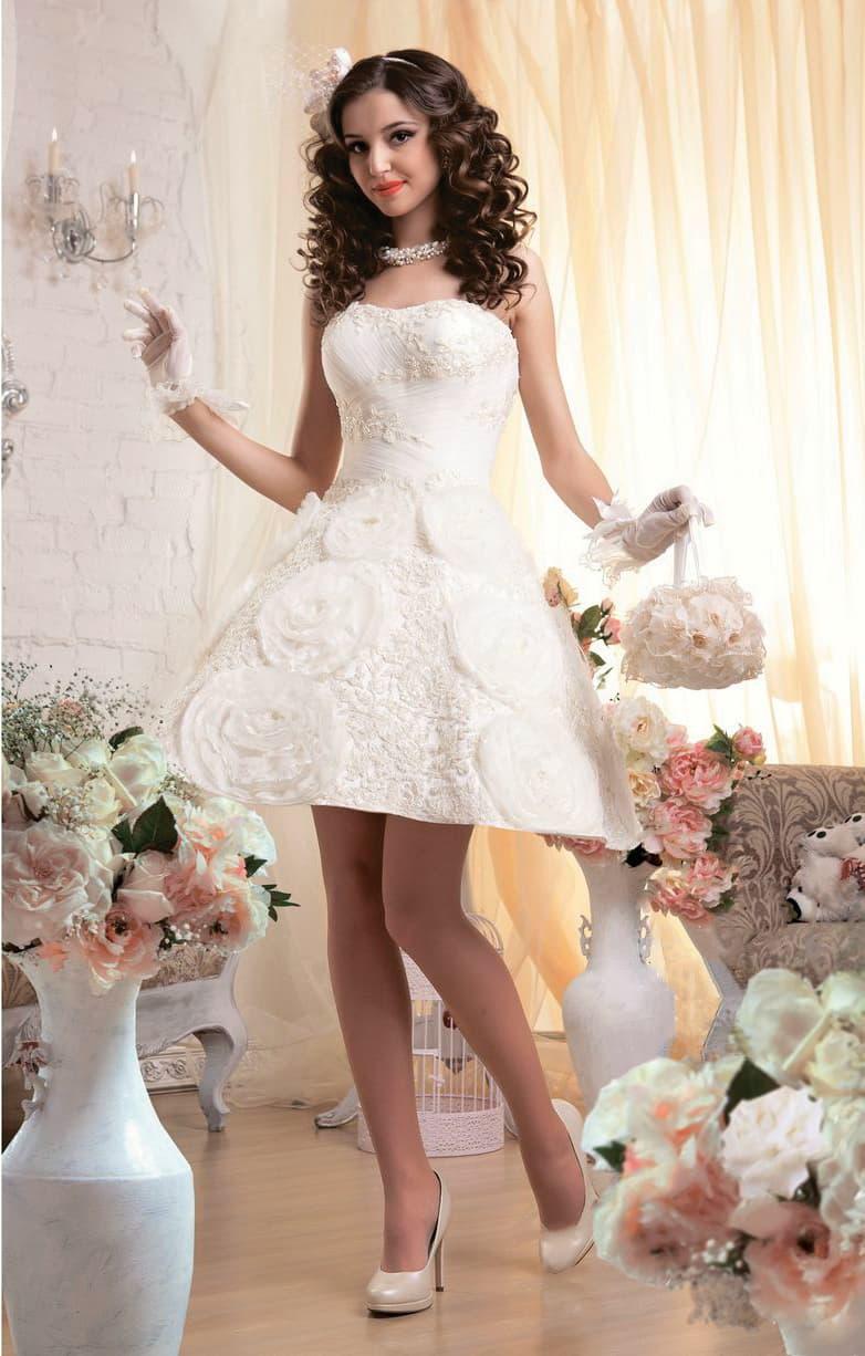 Свадебное платье с объемным декором и короткой юбкой А-силуэта до середины бедра.
