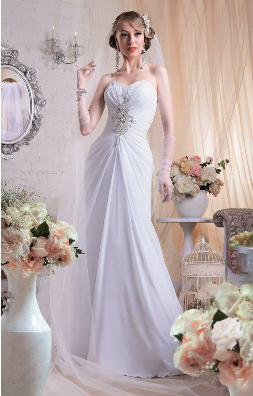 Фактурное свадебное платье силуэта «рыбка» облегающее талию.