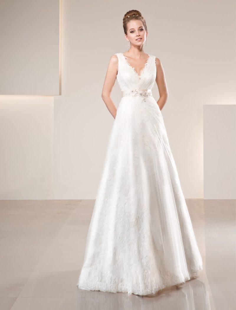 Элегантное свадебное платье с глубоким V-образным декольте и широким атласным поясом.
