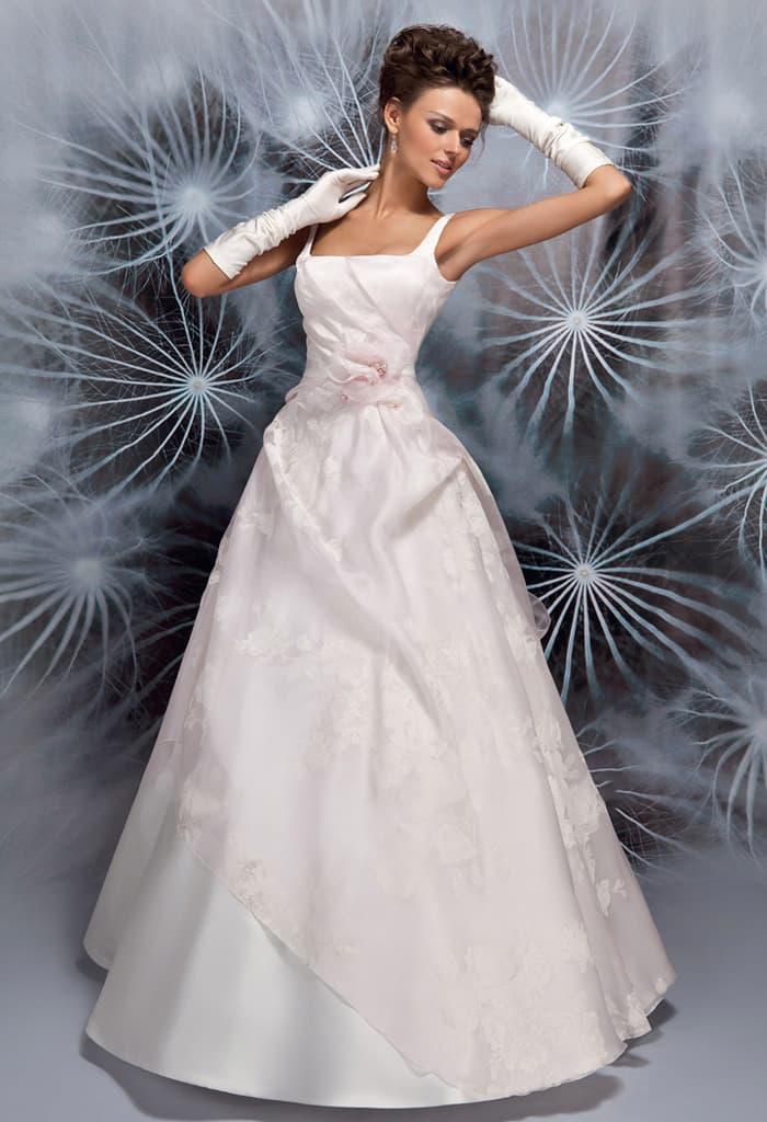 Фактурное свадебное платье с вырезом «каре» и драматичными складками по подолу.