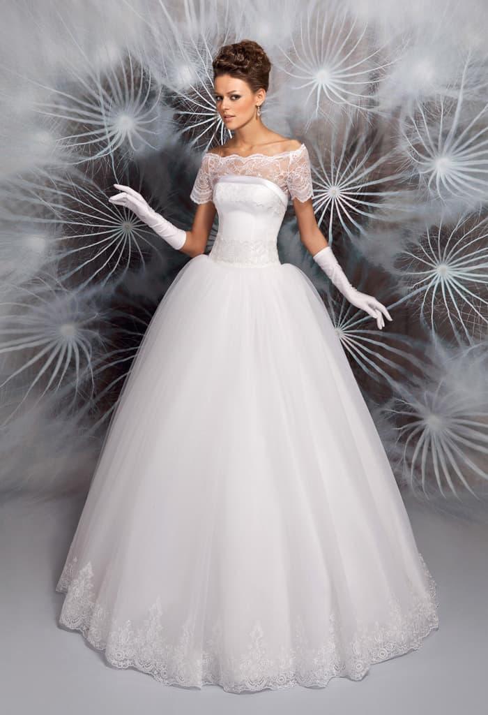 Свадебное платье с подчеркнуто пышной юбкой и фигурным портретным вырезом.