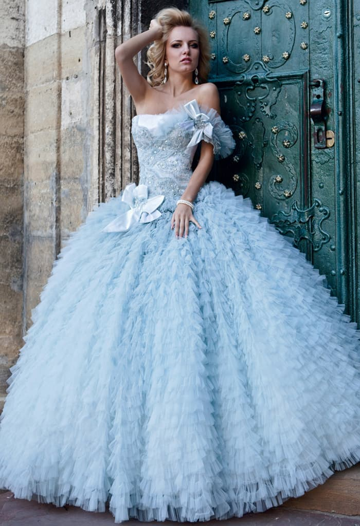 Впечатляющее свадебное платье голубого цвета, декорированное объемными оборками.