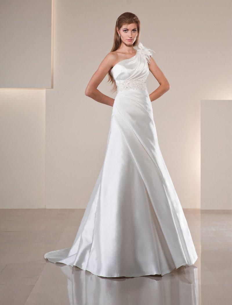 Атласное свадебное платье с асимметричным лифом и пышной отделкой верха.