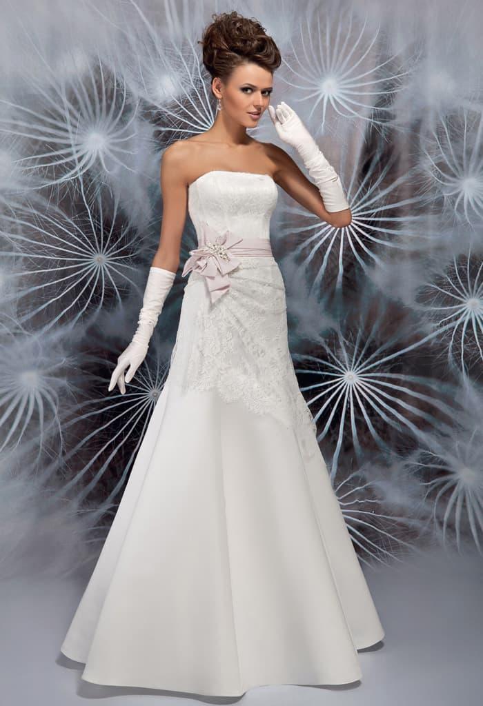 Открытое свадебное платье «трапеция» с атласным розовым поясом с бантом сбоку.