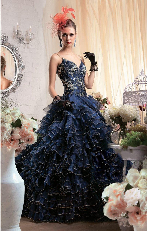 Шикарное свадебное платье чернильно-синего оттенка, декорированное оборками по юбке.