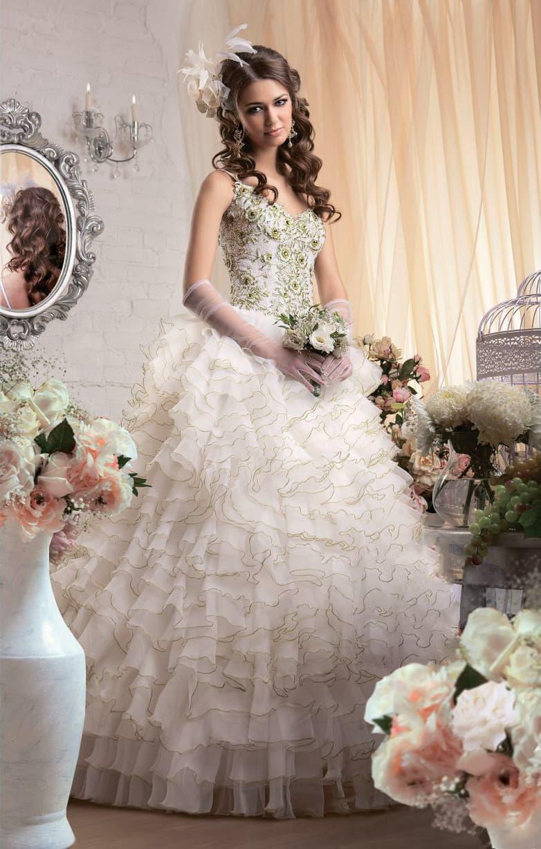 Свадебное платье с пышной юбкой с золотистым декором и облегающим открытым верхом.