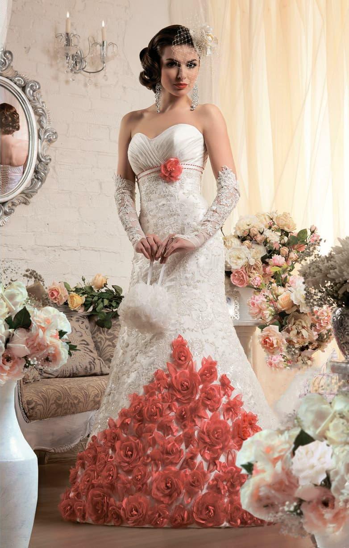 Открытое свадебное платье «рыбка» с объемными красными бутонами по нижней части подола.