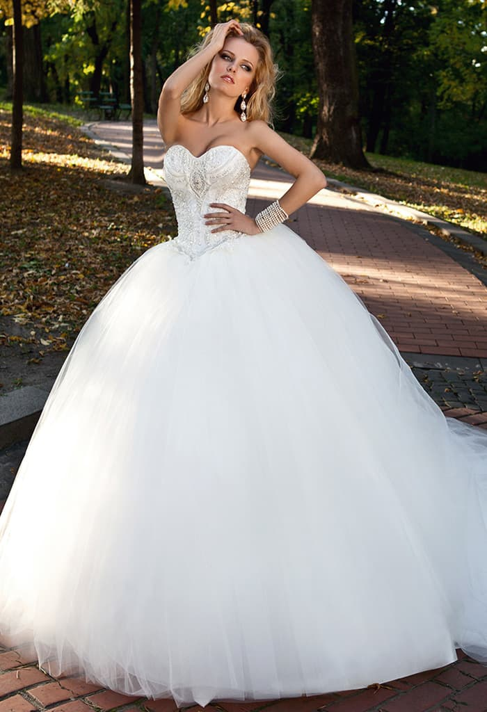 Торжественное свадебное платье с объемным низом и вышивкой по открытому корсету.