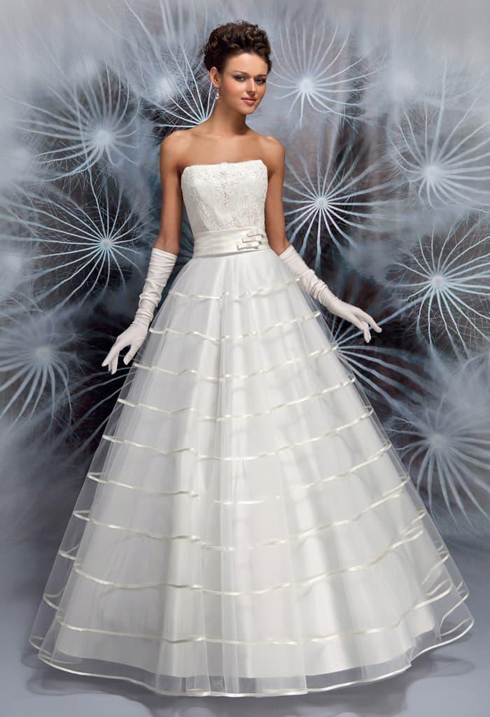 Свадебное платье с лифом прямого кроя и многоярусной юбкой «принцесса».