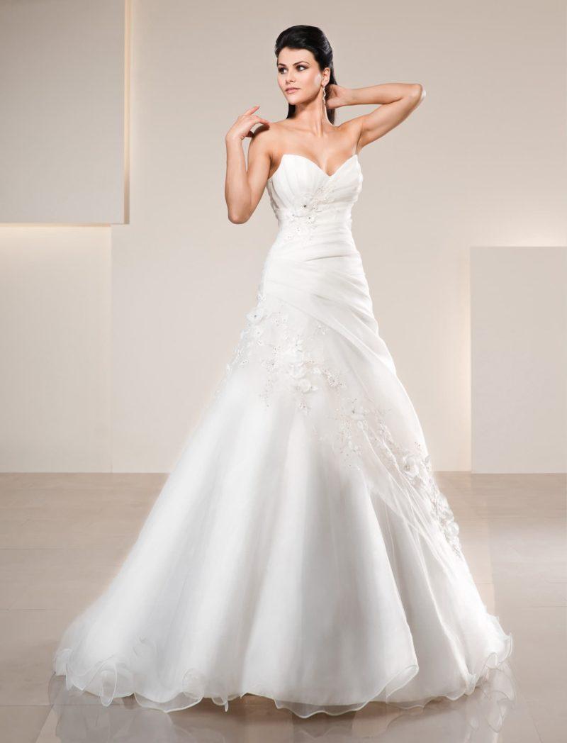Свадебное платье с открытым драматичным лифом и стильными драпировками по корсету.