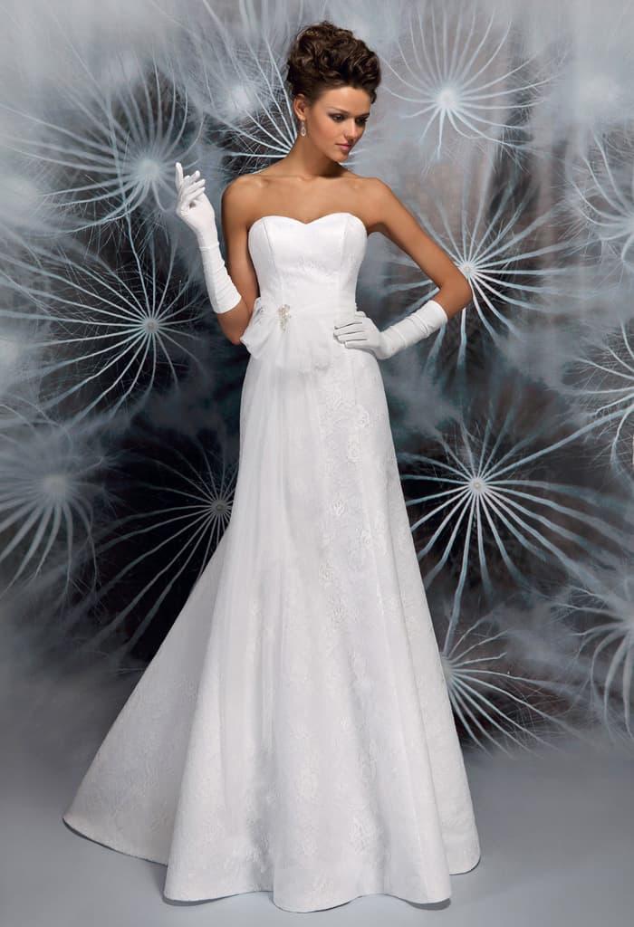 Деликатное свадебное платье прямого кроя с классическим открытым лифом в форме сердца.