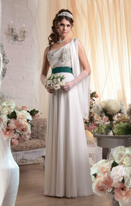 Стильное свадебное платье в греческом стиле, дополненное широким зеленым поясом.