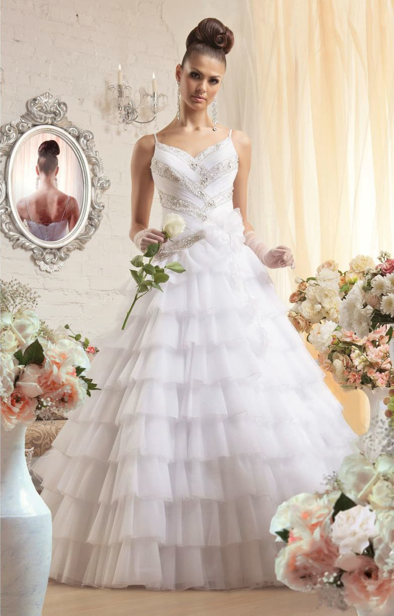 Свадебное платье с бисерной вышивкой по корсету и многоярусной пышной юбкой.