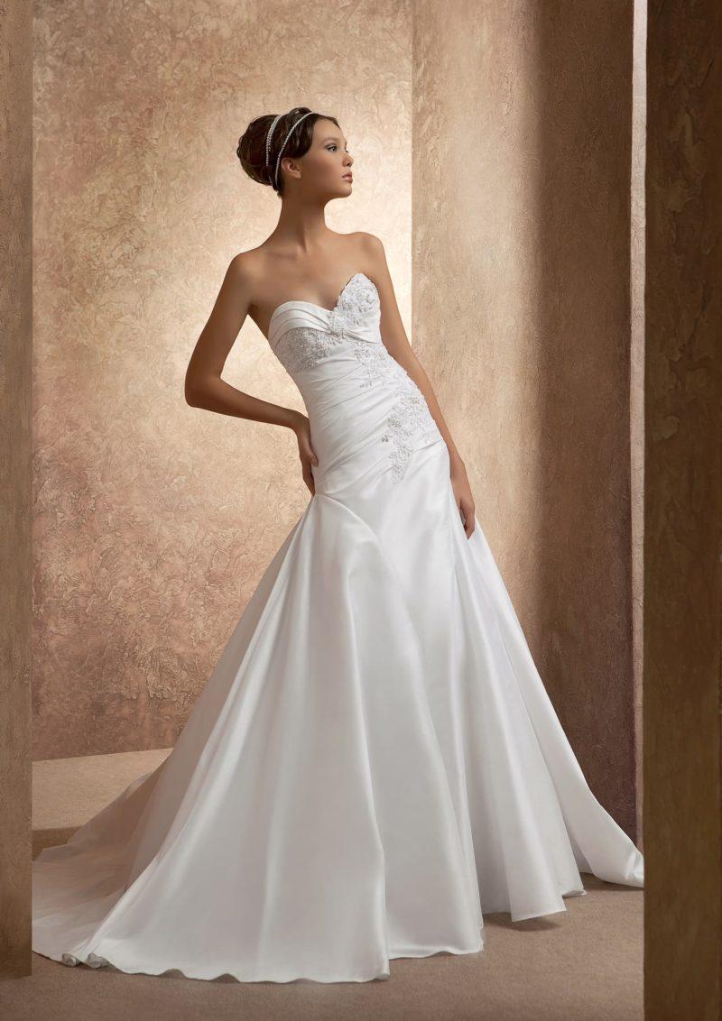 Атласное свадебное платье с открытым корсетом, покрытым романтичной мелкой вышивкой.