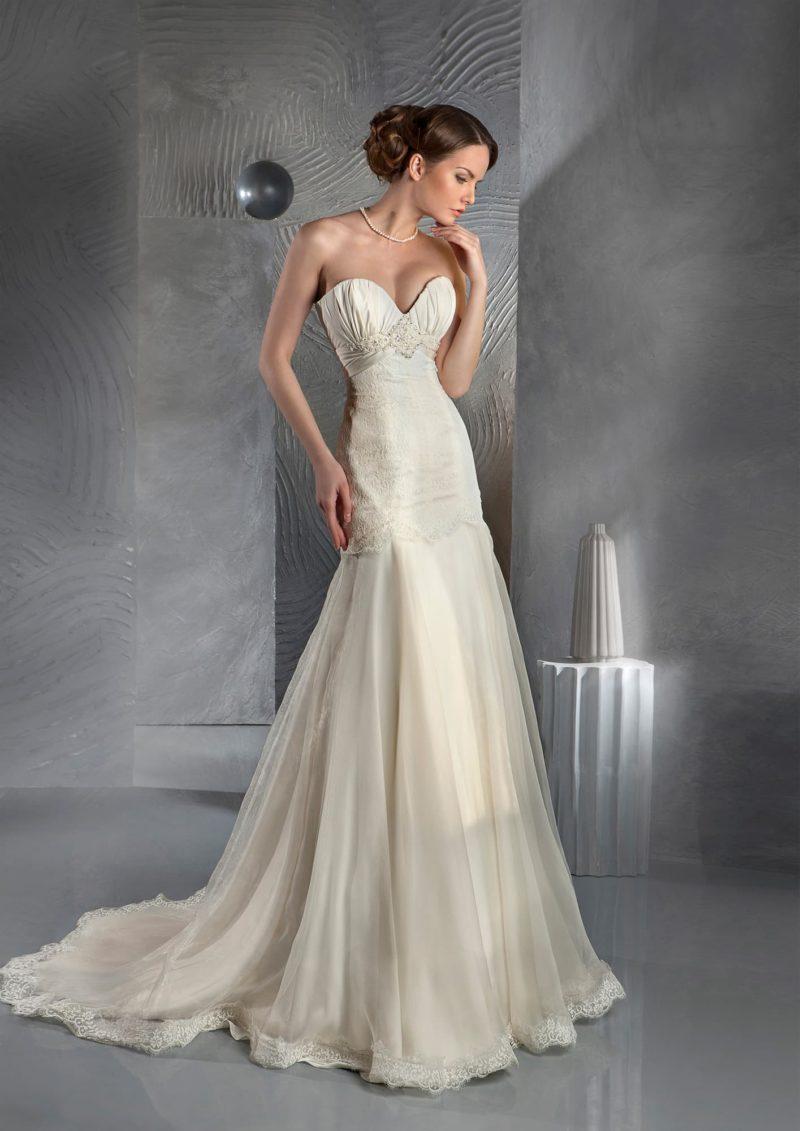 Элегантное свадебное платье оттенка «шампань» с юбкой «русалка» и деликатным открытым корсетом.