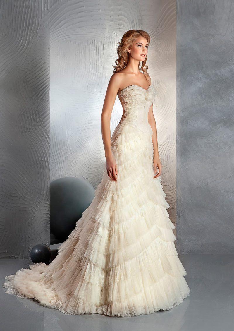 Кремовое свадебное платье с открытым лифом в форме сердца и оборками по юбке «русалка».