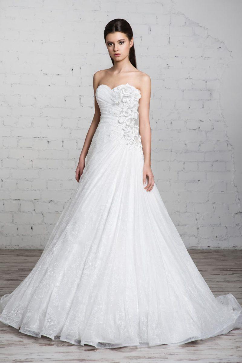 Кружевное свадебное платье с объемной отделкой бутонами сбоку по корсету.