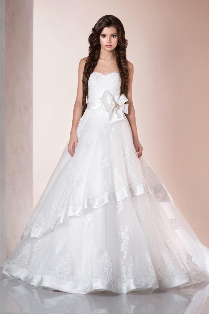 Свадебное платье «принцесса» с атласной отделкой подола и деликатным открытым лифом в форме сердца.