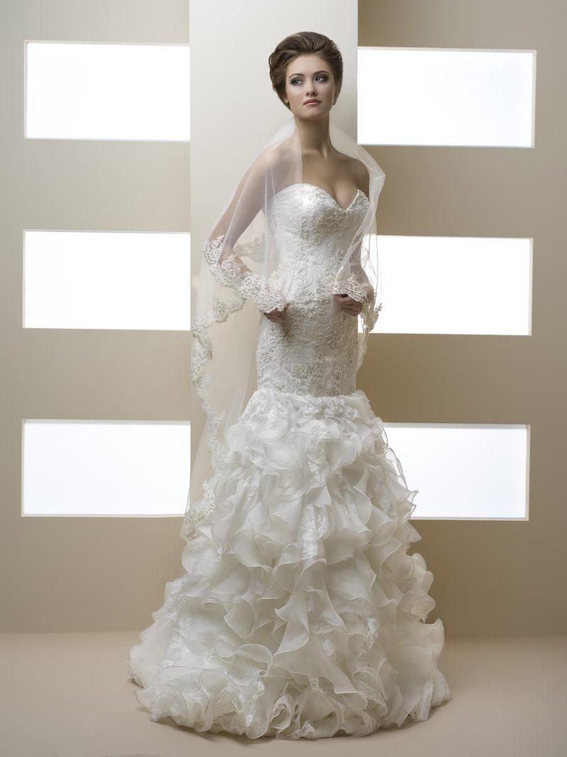 Великолепное свадебное платье с оборками по юбке и бисерным декором открытого лифа.