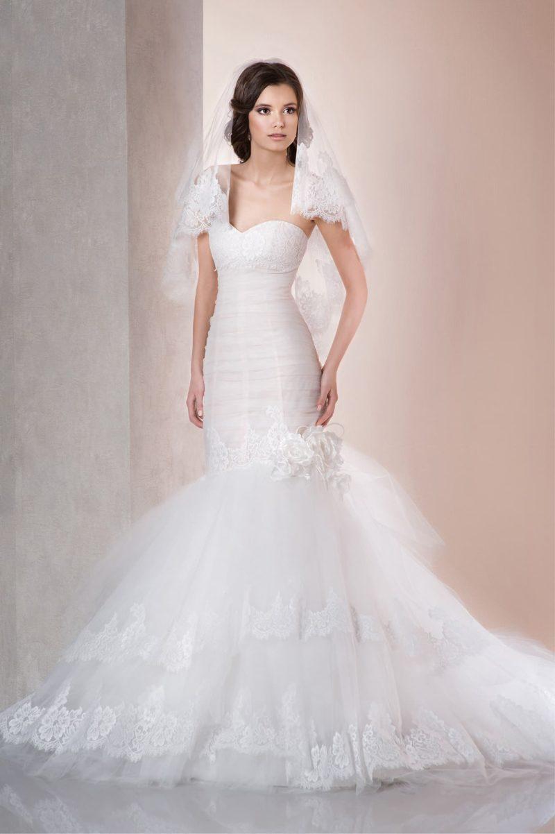 Роскошное свадебное платье с открытым лифом и выразительной пышной юбкой «рыбка».
