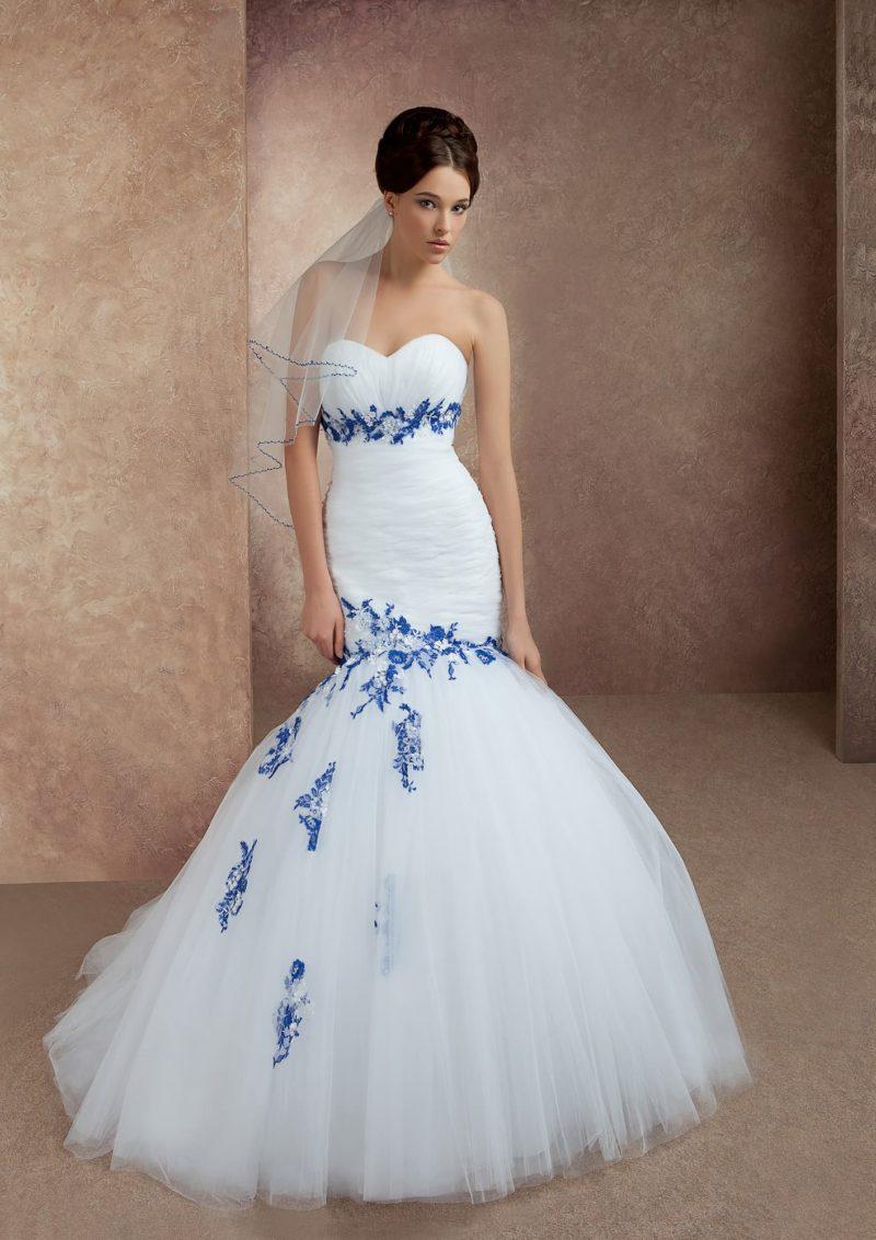 Свадебное платье «рыбка» с цветной вышивкой по открытому лифу и по середине подола.