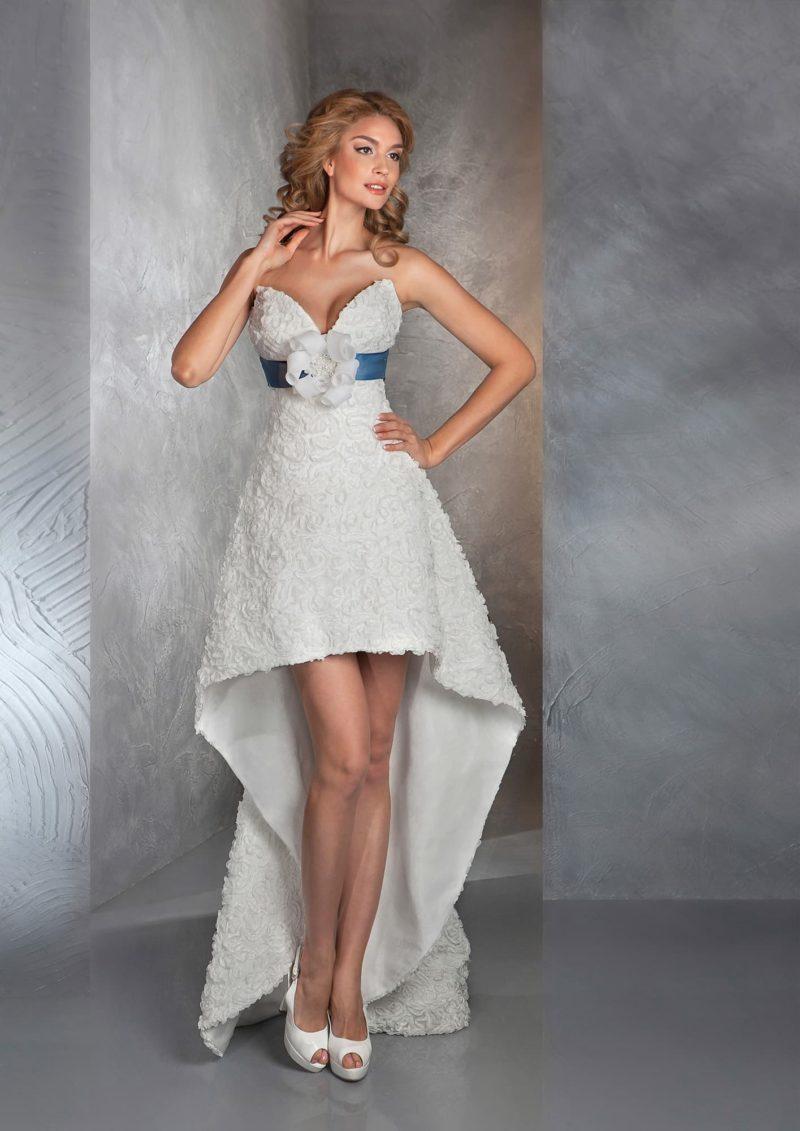 Открытое свадебное платье с укороченным спереди фактурным подолом и широким цветным поясом.