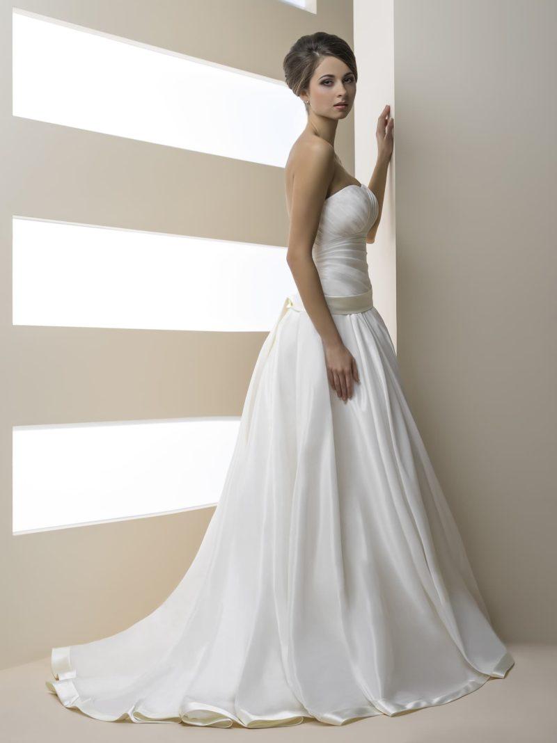 Деликатное свадебное платье с притягательным лифом и отделкой из фактурных драпировок.