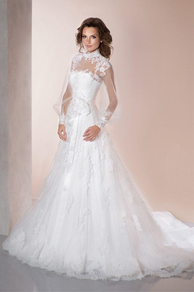 Свадебное платье «трапеция» с прозрачными длинными рукавами и кружевной отделкой верха.