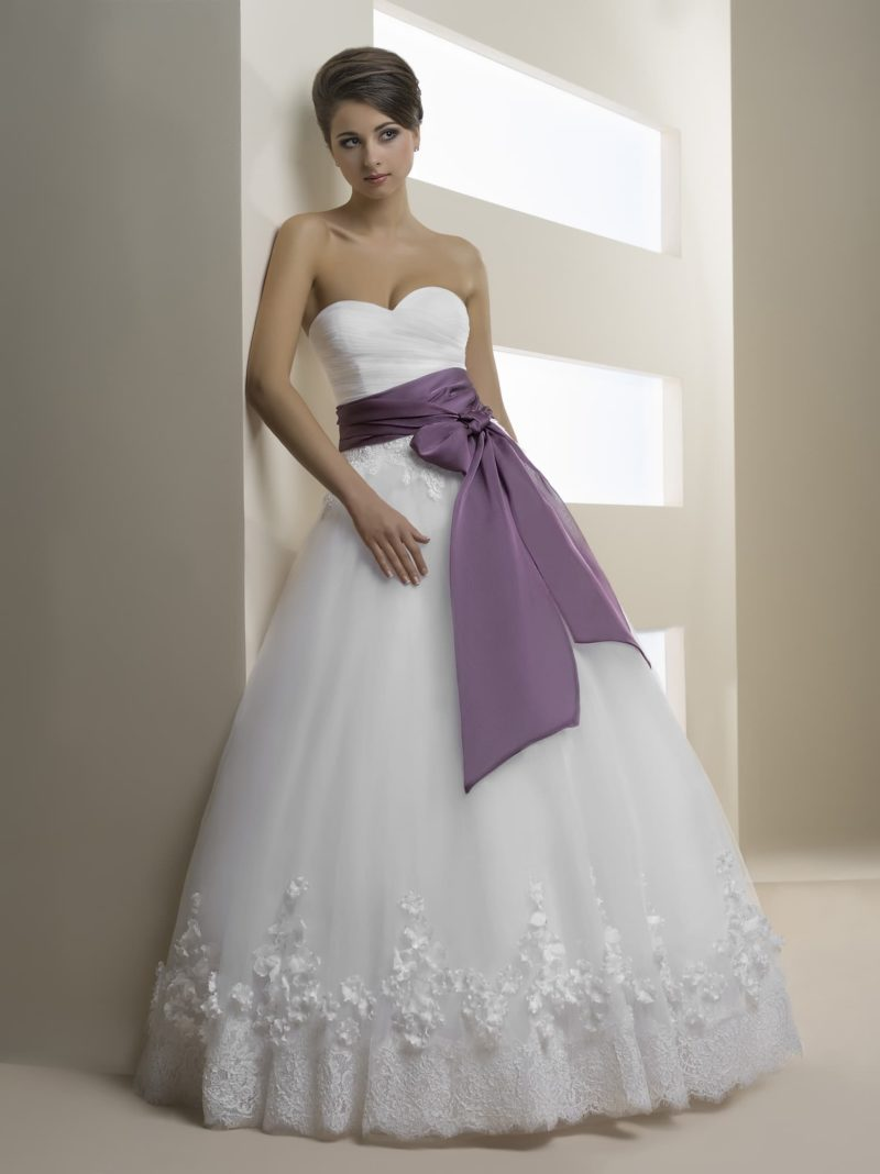Свадебное платье с лифом в форме сердечка и широким поясом лилового цвета.