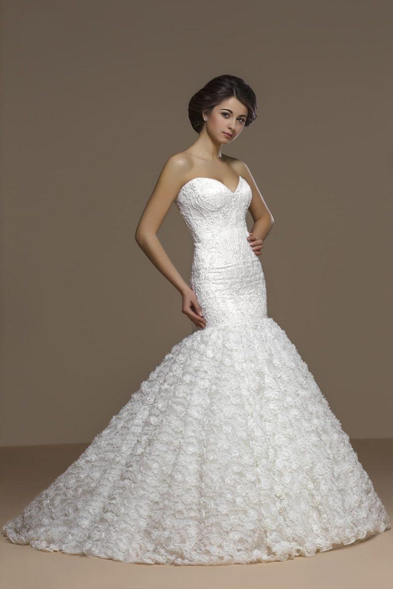 Кокетливое свадебное платье «русалка» с фактурной отделкой нижней части подола.