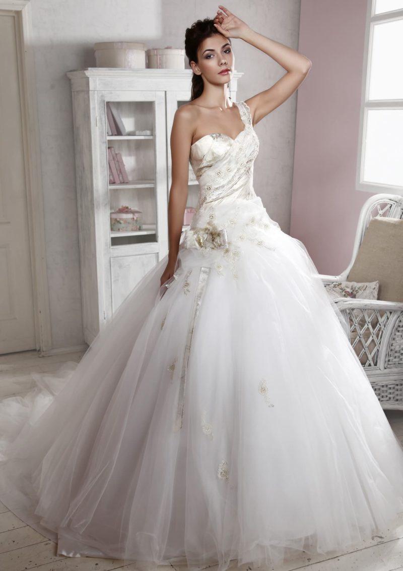 Роскошное свадебное платье с многослойным подолом и открытым корсетом с атласной отделкой.