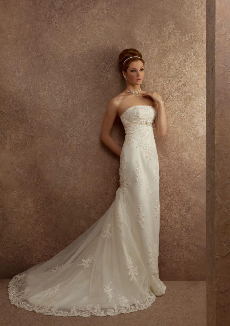 Ампирное свадебное платье с роскошным кружевным шлейфом и узким атласным поясом кремового цвета.