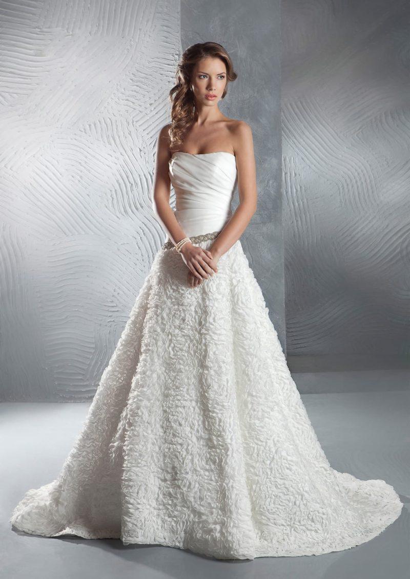Стильное свадебное платье с фактурной юбкой и слегка заниженной талией с сияющим поясом.