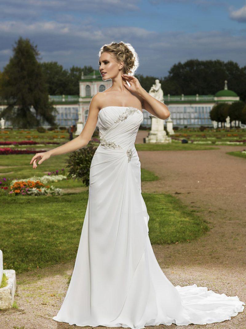 Открытое свадебное платье в греческом стиле, с декором из драпировок и лифом прямого кроя.