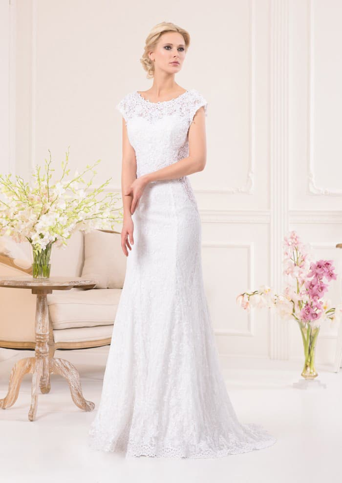 Изысканное свадебное платье прямого кроя с круглым декольте и широкими бретелями.