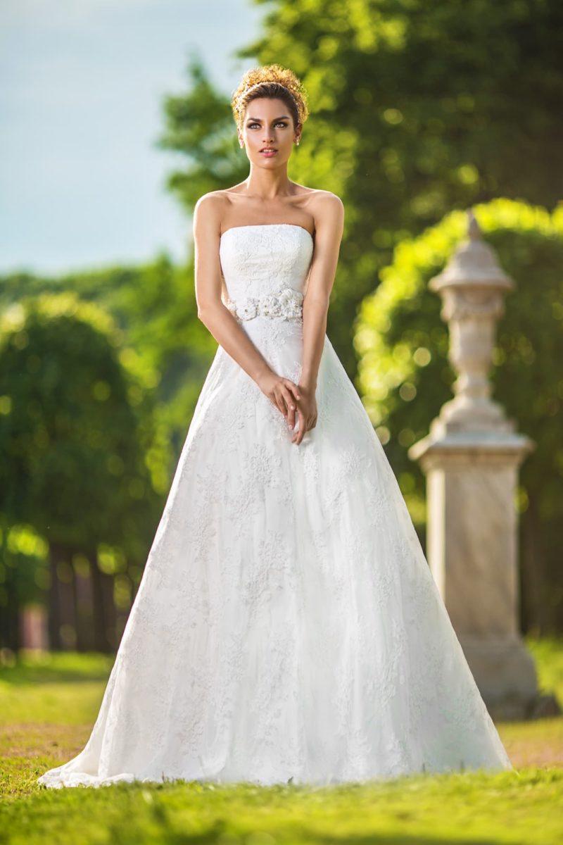Свадебное платье «принцесса» с открытым лифом прямого кроя и кружевом по подолу.