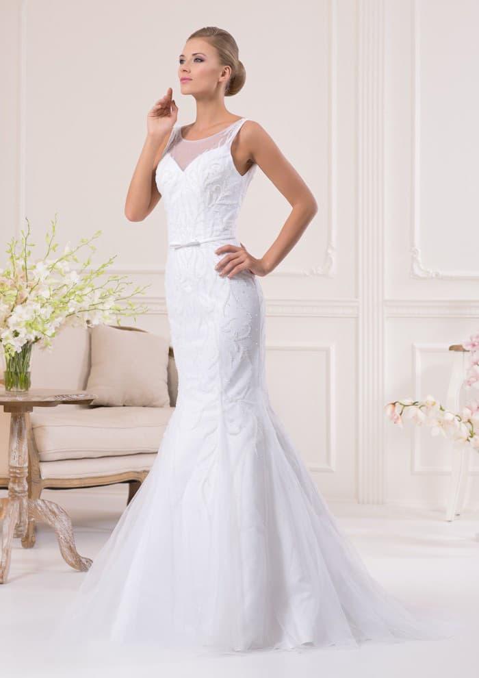 Элегантное свадебное платье «рыбка» с полупрозрачным декором лифа и округлым вырезом.