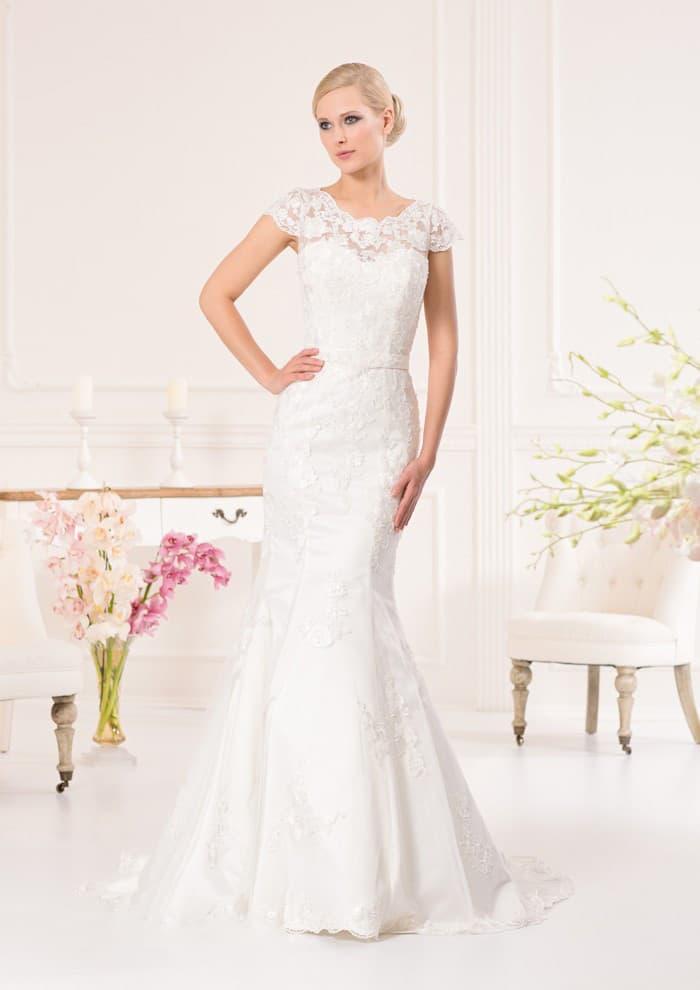 Изящное свадебное платье «русалка» с узким поясом и короткими кружевными рукавами.