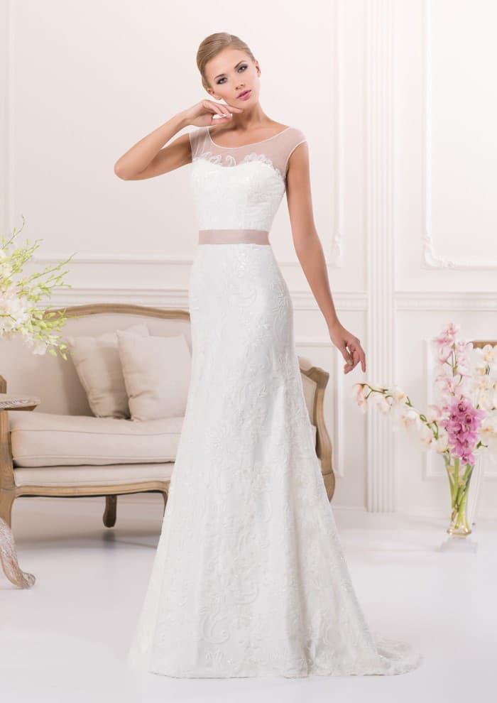 Сдержанное свадебное платье прямого кроя с розовым атласным поясом и полупрозрачным лифом.
