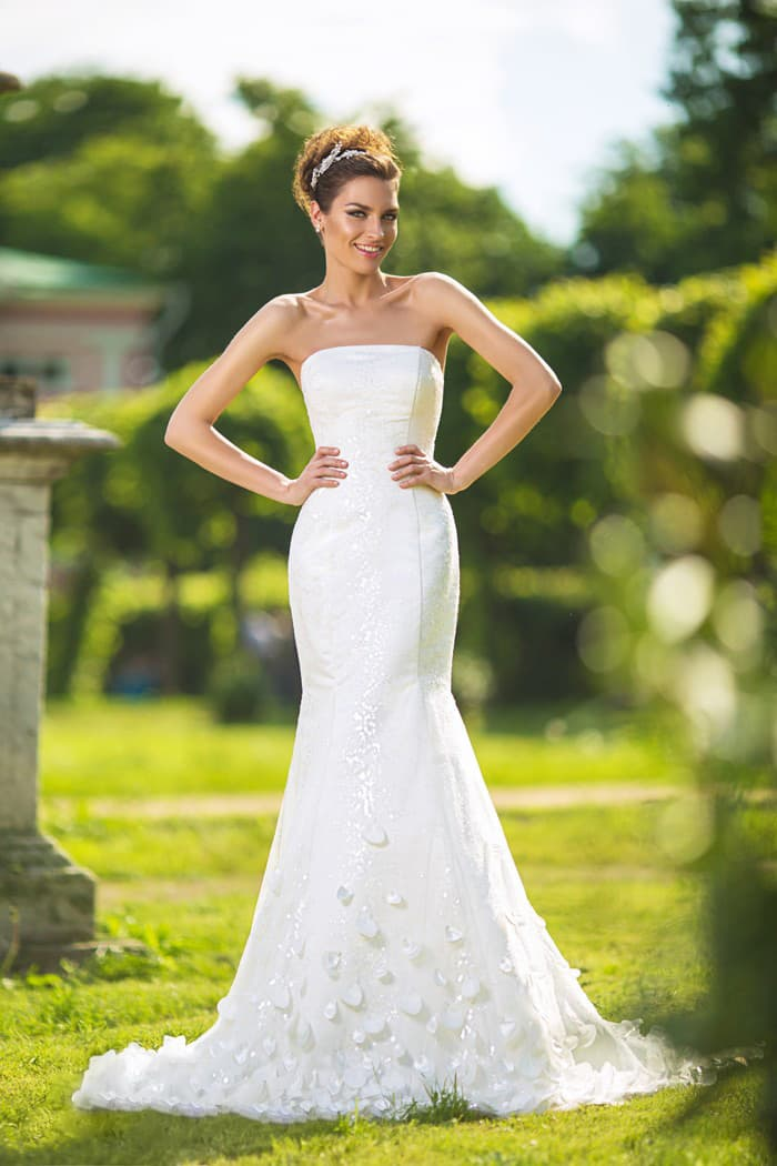 Лаконичное свадебное платье «рыбка» с открытым лифом прямого кроя и объемным декором.
