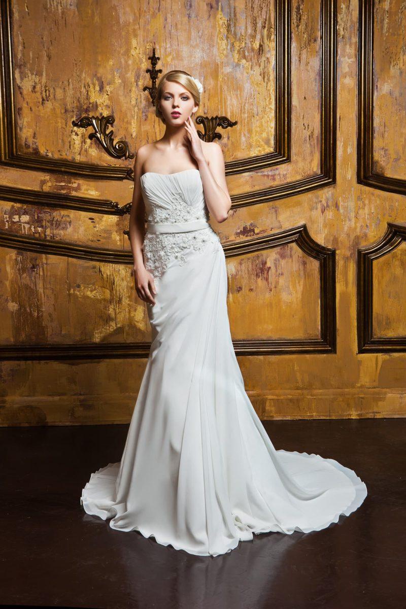 Открытое свадебное платье с драпировками по корсету и великолепным длинным шлейфом.