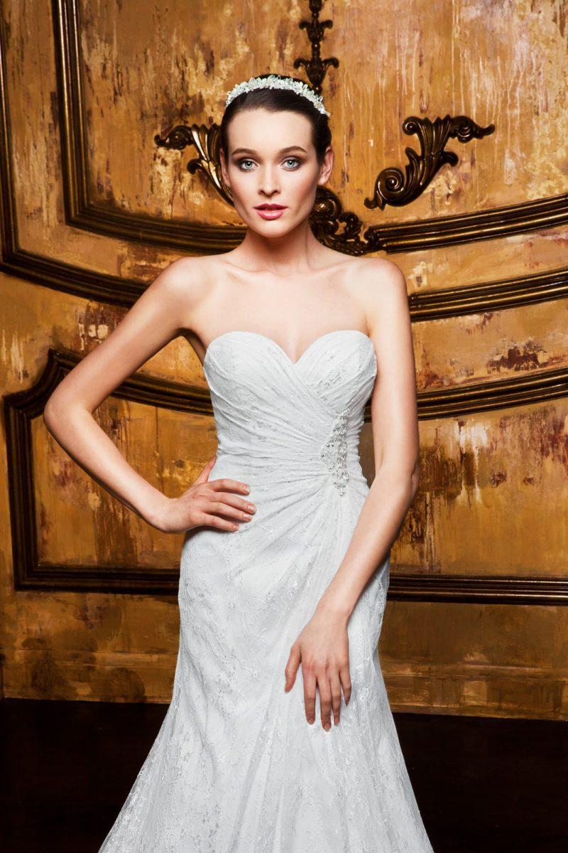 Стильное свадебное платье «русалка» с открытым лифом и кружевным декором по плотной ткани.