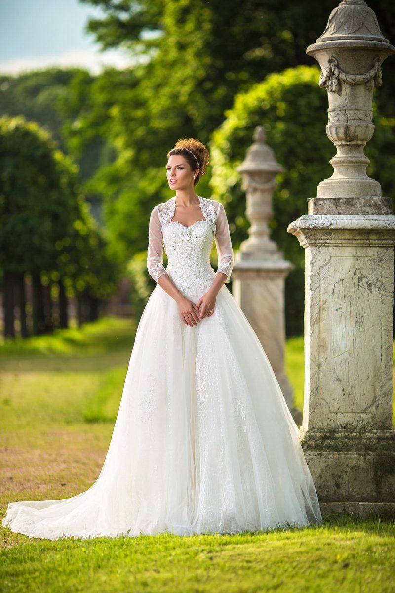 Пышное свадебное платье с фактурным корсетом классического кроя и элегантным болеро.