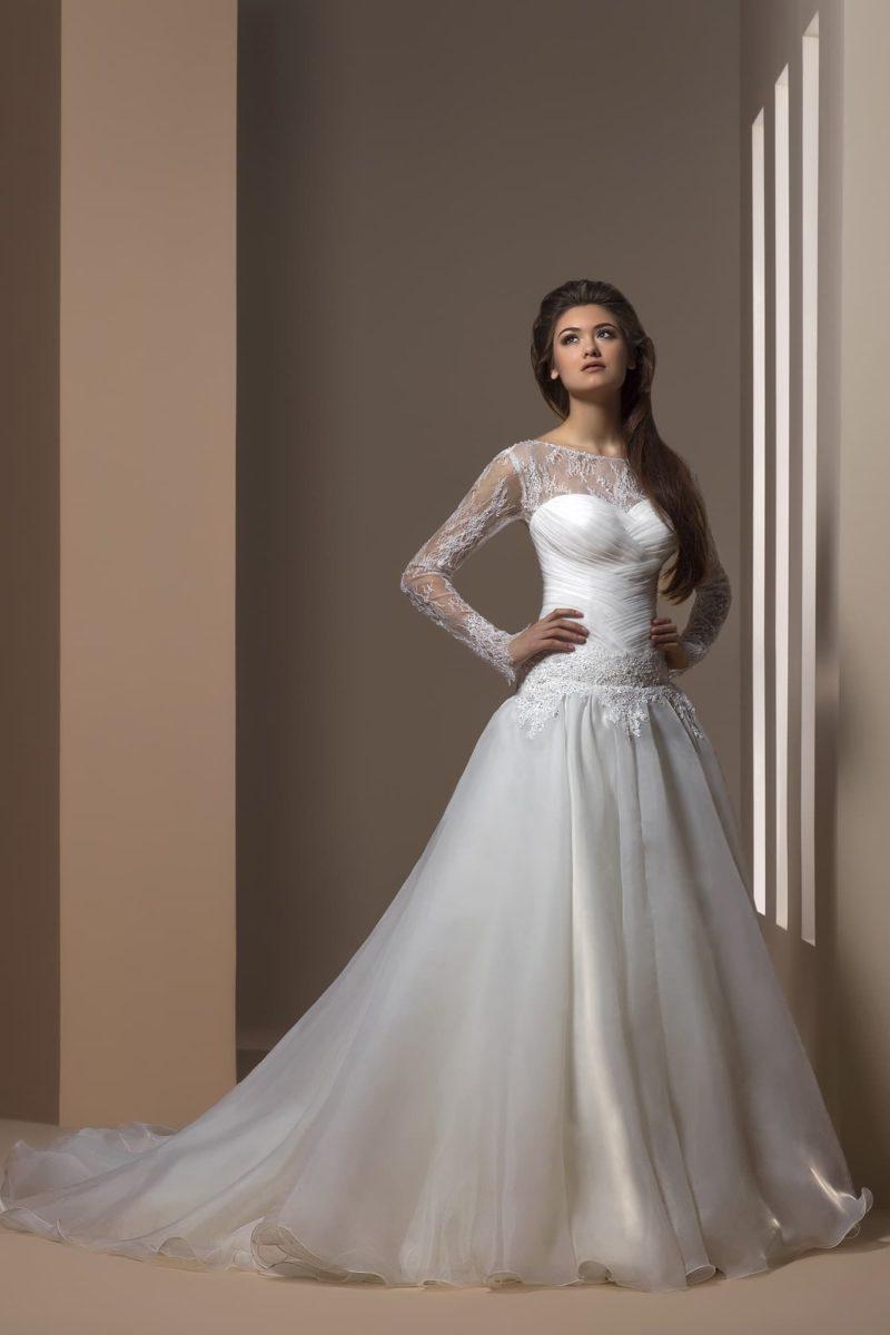 Торжественное свадебное платье с длинными кружевными рукавами и небольшим вырезом сзади.