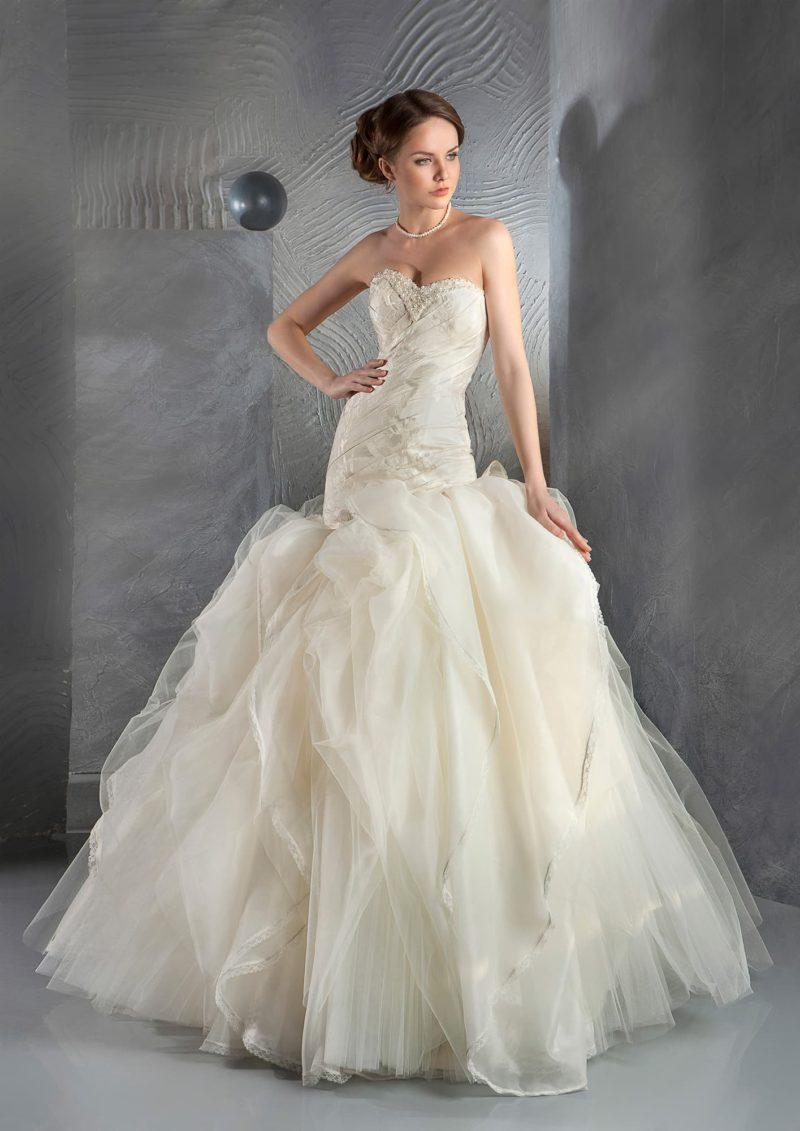 Золотистое свадебное платье с пышной юбкой и корсетом с лифом в форме сердечка.